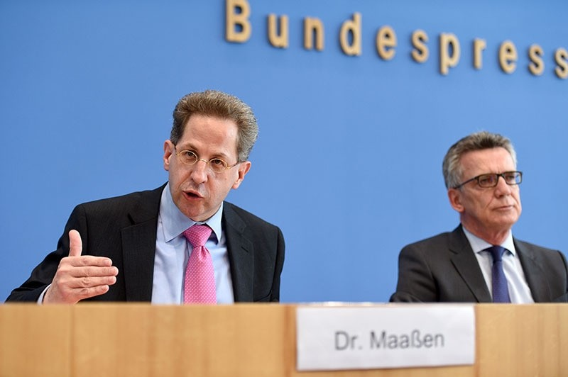 Domestic intelligence agency chief Hans-Georg Maassen (L) and German Interior Minister Thomas de Maiziere (R) address a press conference in Berlin on June 28, 2016 (AFP)