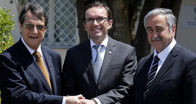Greek Cypriot leader Nicos Anastasiades(L), Turkish Cypriot leader Mustafa Aku0131ncu0131(R), and UN envoy Espen Barth shake hands May 15, 2015. (AP Photo)