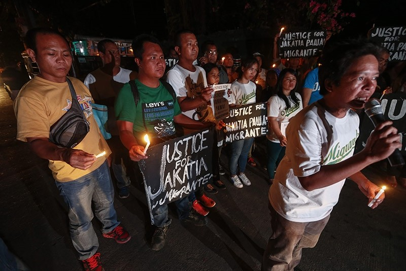 Members of an international organization for Filipino migrant workers gather to remember a Filipino national who was executed in Kuwait, in Quezon City, Philippines, 25 January 2017. (EPA Photo)