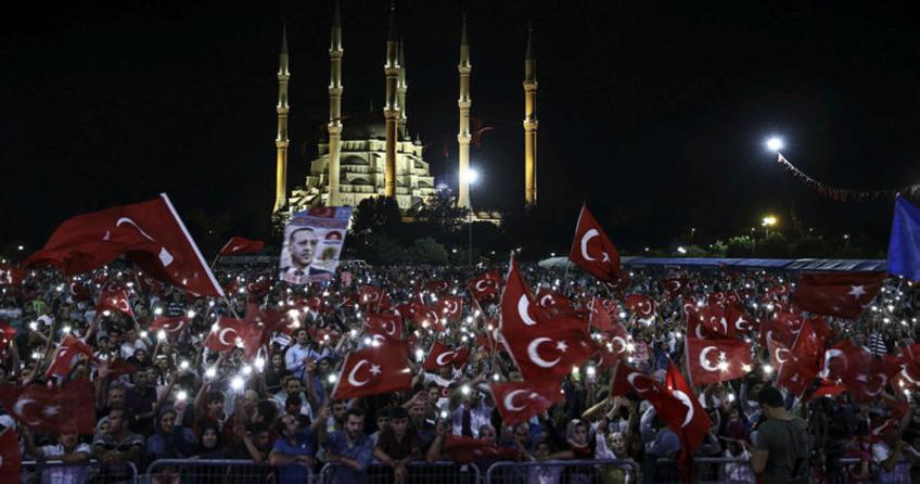 Adana'da Demokrasi Nöbeti'nde '30 Kuş' şiiri ağlattı