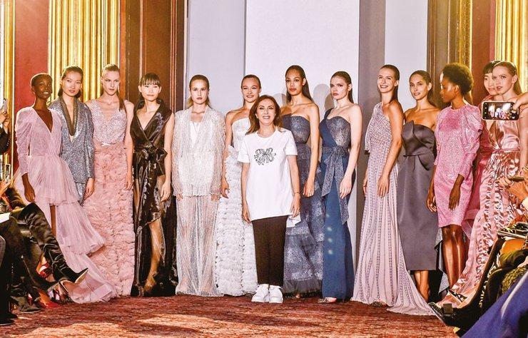 İngiltere'de yaşayan tasarımcı Zeynep Kartal, Londra moda haftası kapsamında yeni kolksiyonunu tanıttı. Davette, iki özel tarihi eşya da sergilendi.
