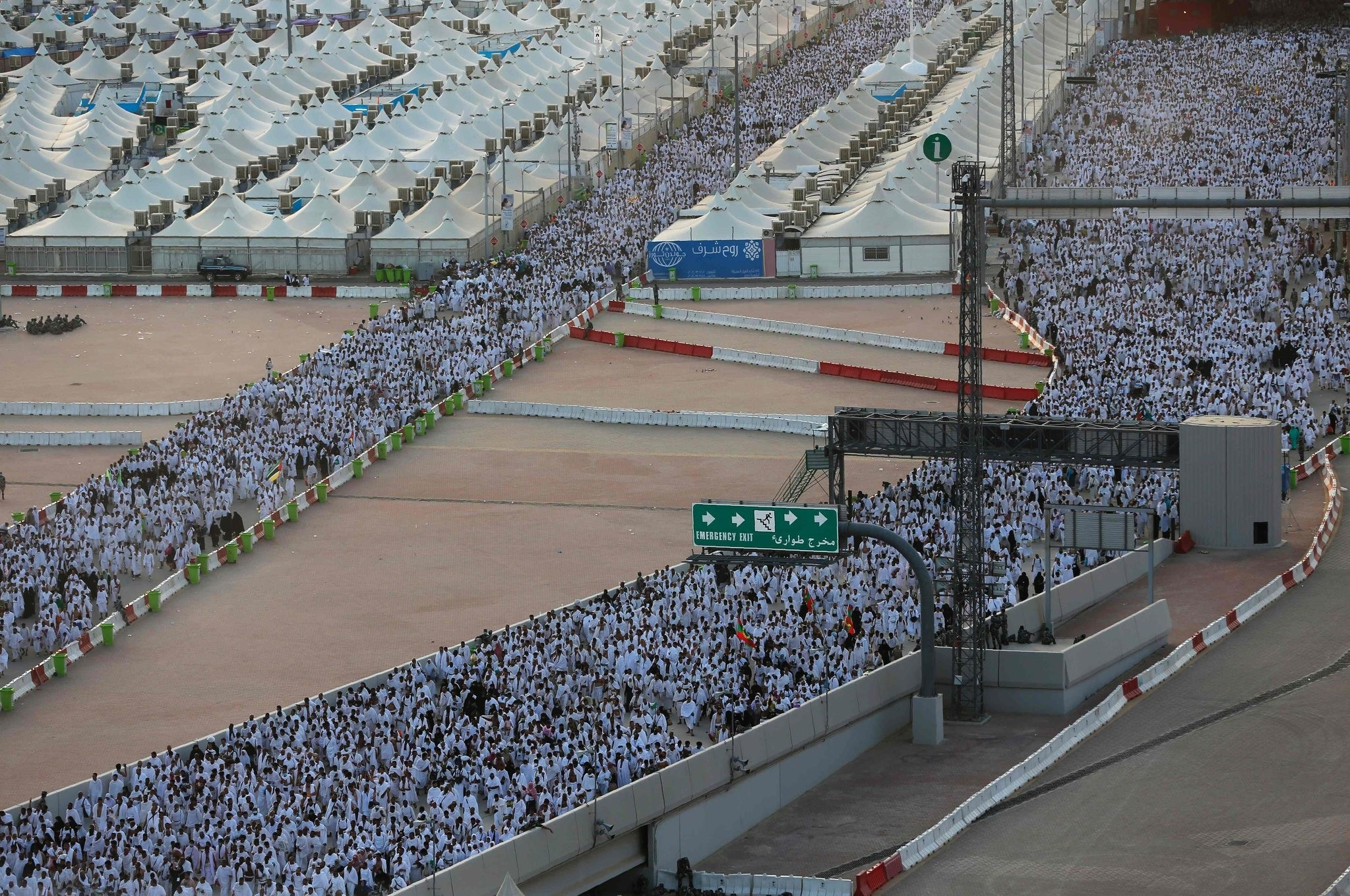 Muslim pilgrims arrive to throw pebbles at pillars during the ,Jamarat, ritual, the stoning of Satan, in Mina near the holy city of Mecca, on September 12, 2016. (AFP Photo)