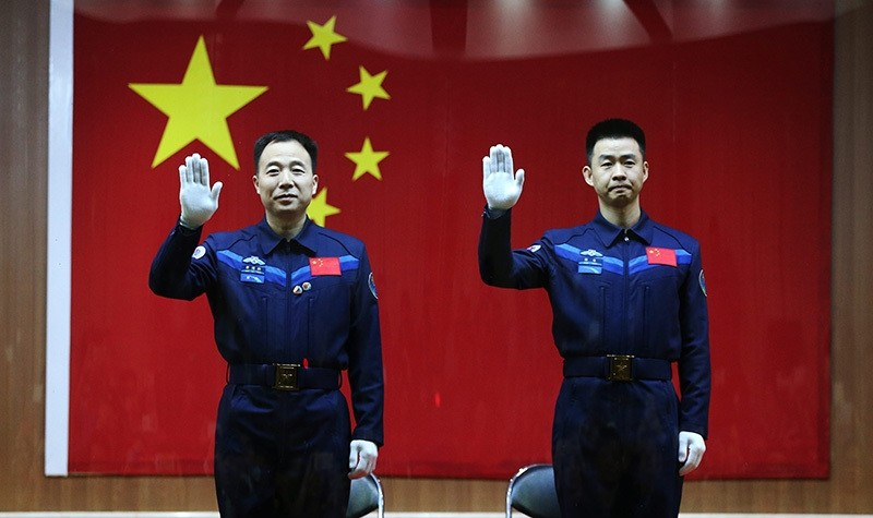 Chinese astronauts Jin Haipeng (L) and Chen Dong (R) wave during a 'meet the media' session at the Jiuquan Satellite Launch Center in Jiuquan, Gansu province, China, 16 October 2016 (EPA Photo)