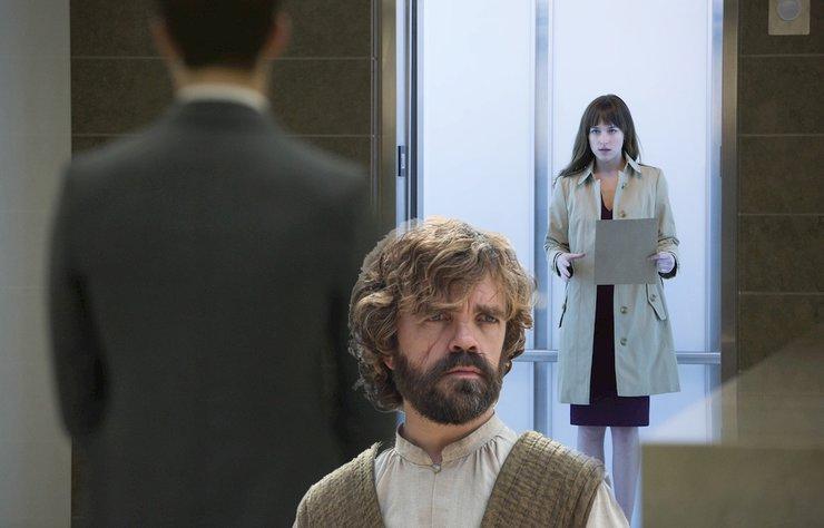 Game of Thrones'un yıldızlarından Peter Dinklage, Grinin Elli Tonu serisinin başrolü Jamie Dornan'a, role hazırlanırken Dakota Johnson taklidiyle yardım ettiğini söyledi.