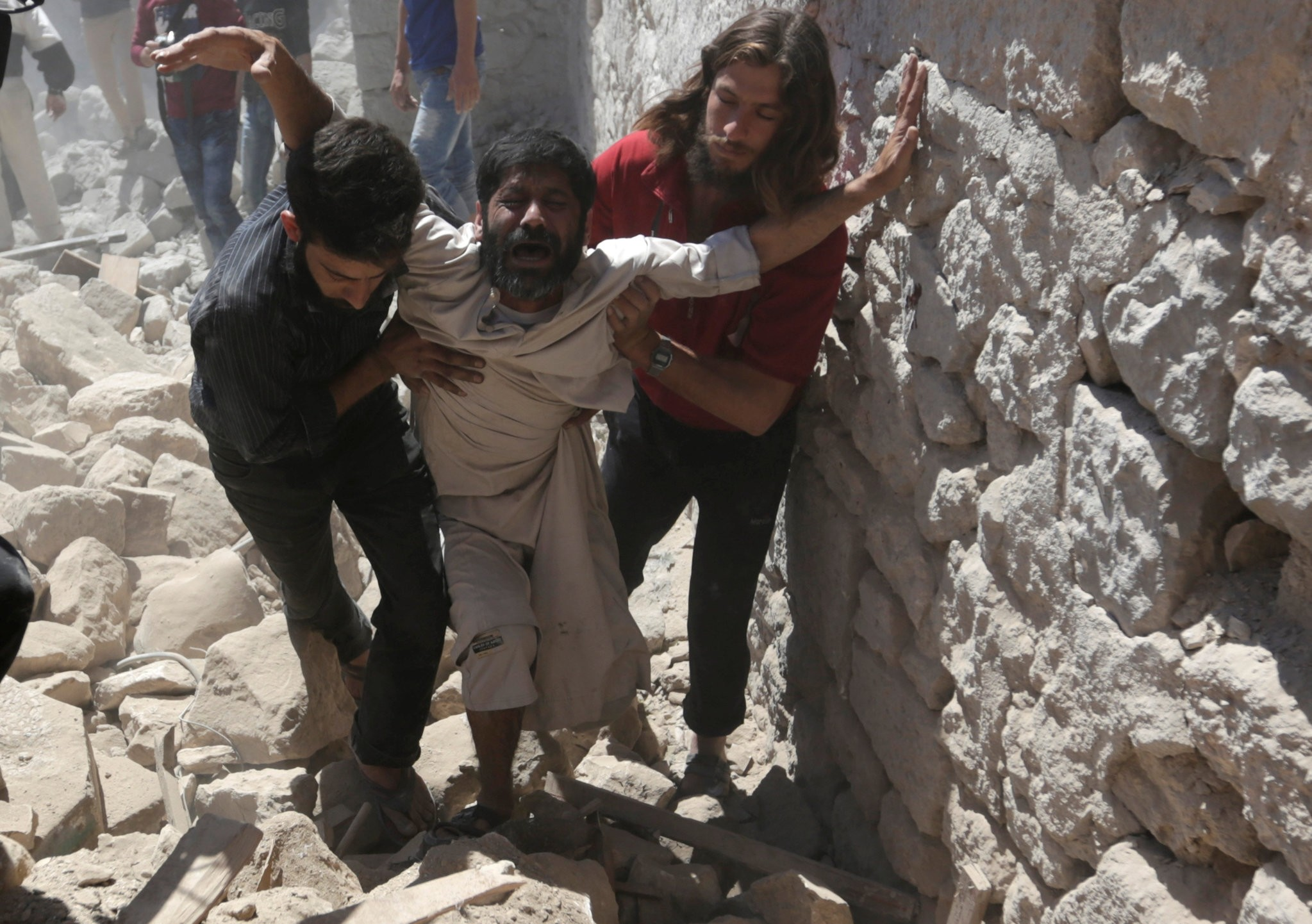 A man whose son was killed reacts at a site hit by airstrike in the rebel-controlled area of Maaret al-Numan town in Idlib province, Syria, June 12, 2016. (REUTERS Photo)