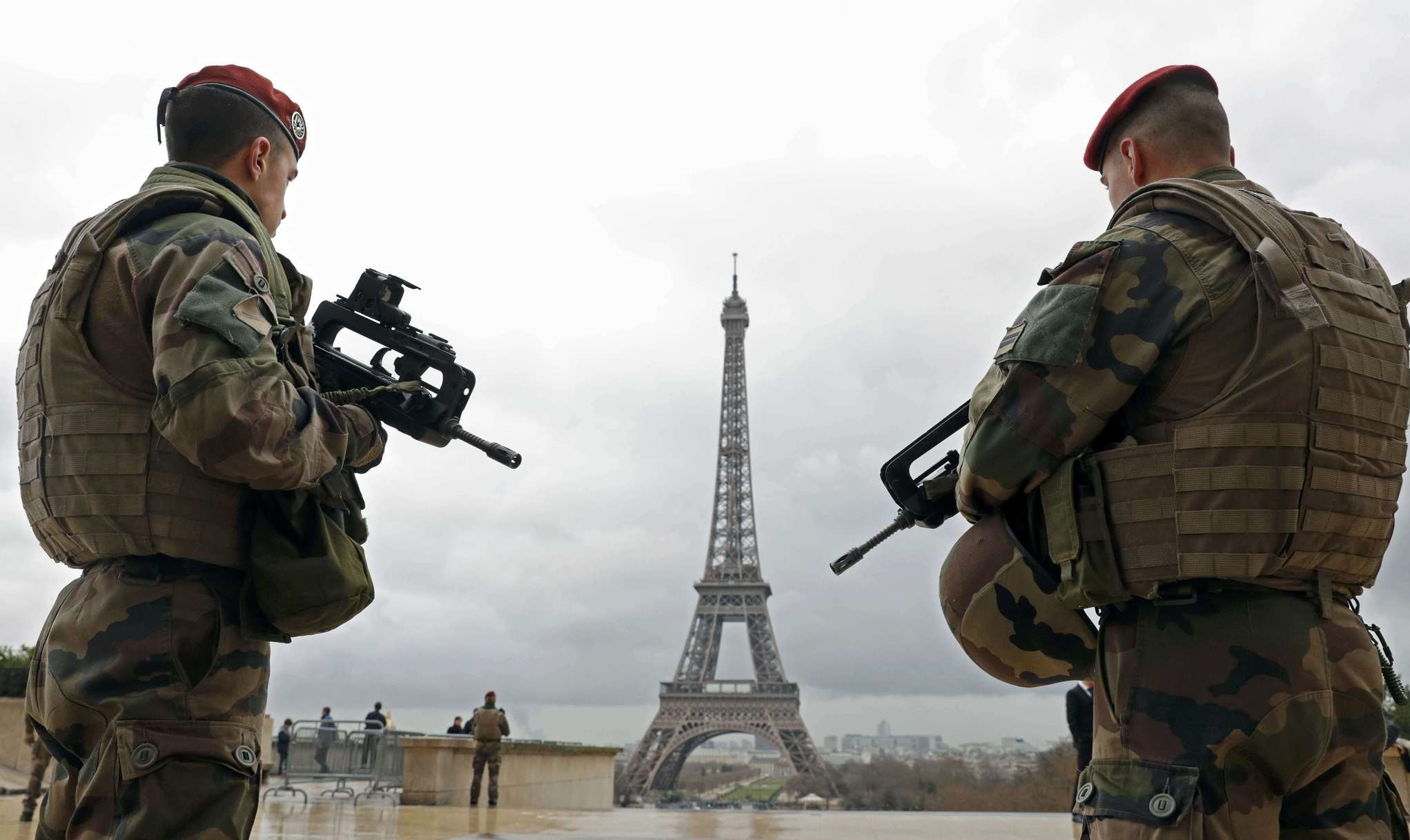 French army paratroopers patrol near the Eiffel tower in Paris, France, March 30, 2016 (Reuters Photo)