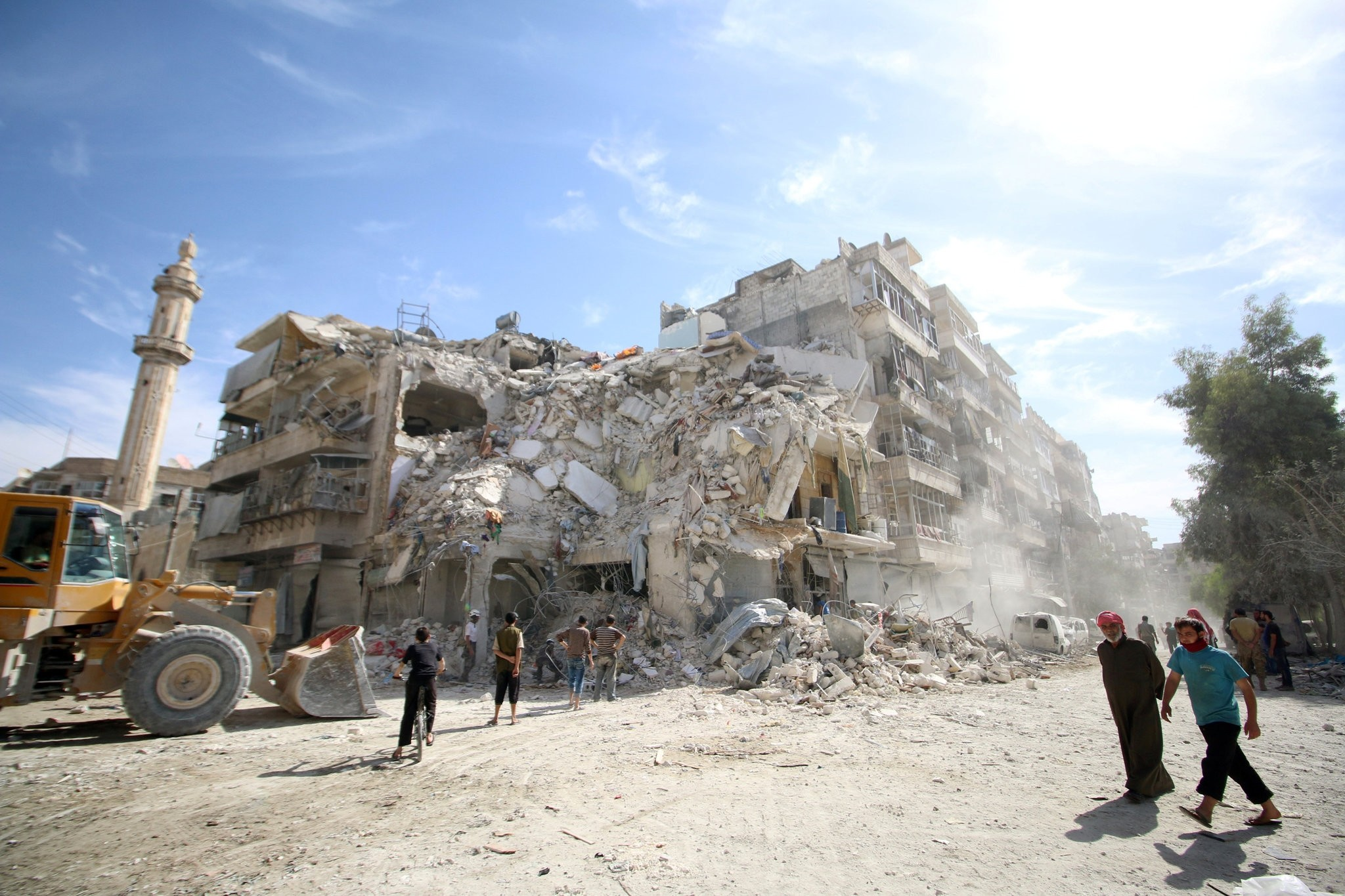 People inspect a damaged site after an air strike Sunday in the rebel-held besieged al-Qaterji neighbourhood of Aleppo, Syria October 17, 2016. (REUTERS Photo)