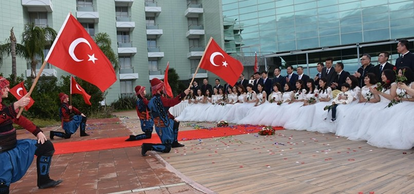 CHINESE COUPLES SPENDING HONEYMOON IN TURKEY WELCOMED IN SPECIAL CEREMONY