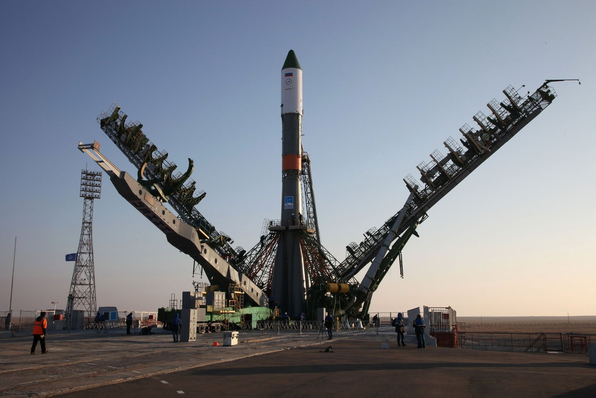 Service towers move towards the Soyuz-U carrier rocket with the cargo ship Progress MS-04 lifted on the launch pad at the Russian-leased Baikonur cosmodrome in Kazakhstan on November 29, 2016. (AFP Photo)
