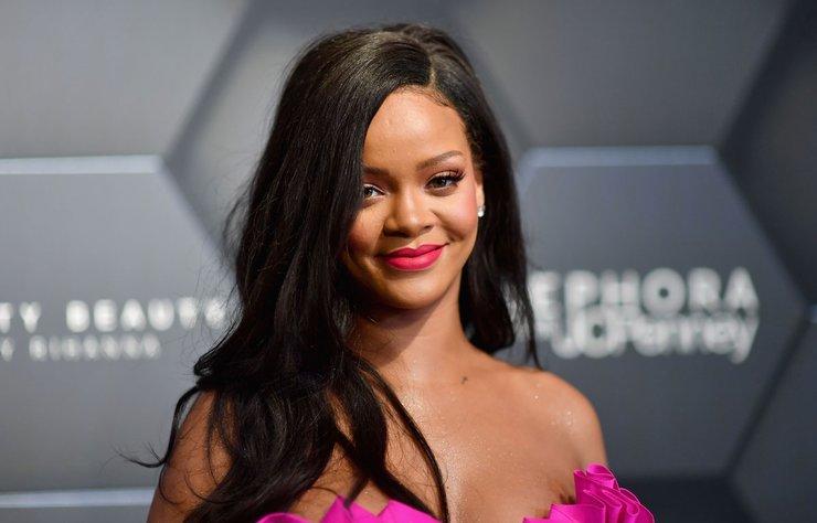Şarkıcı Rihanna, son zamanlarda kozmetik ve iç çamaşırı markalarıyla gündeme geldi.