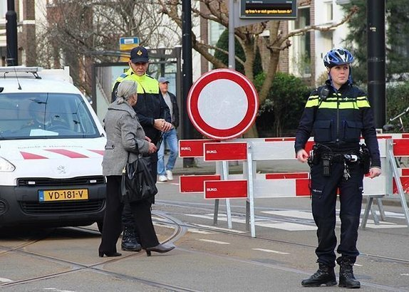 Hollandada sürücü, aracıyla grubun arasına daldı