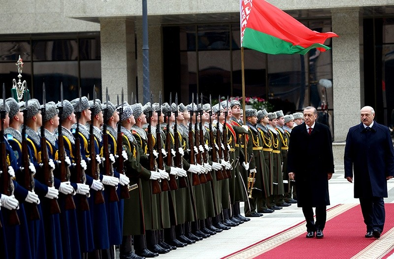 President Erdou011fan (L) walks with his Belarussian counterpart Lukashenko to greet ceremonial guards on Nov. 11, 2016, in Minsk. (AA Photo)