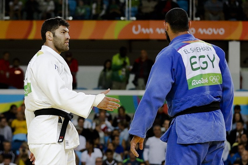 Egypt's Islam El Shehaby, blue, declines to shake hands with Israel's Or Sasson, white, after losing during the men's over 100-kg judo competition at the 2016 Summer Olympics in Rio de Janeiro, Brazil, Friday, Aug. 12, 2016. (AP Photo)
