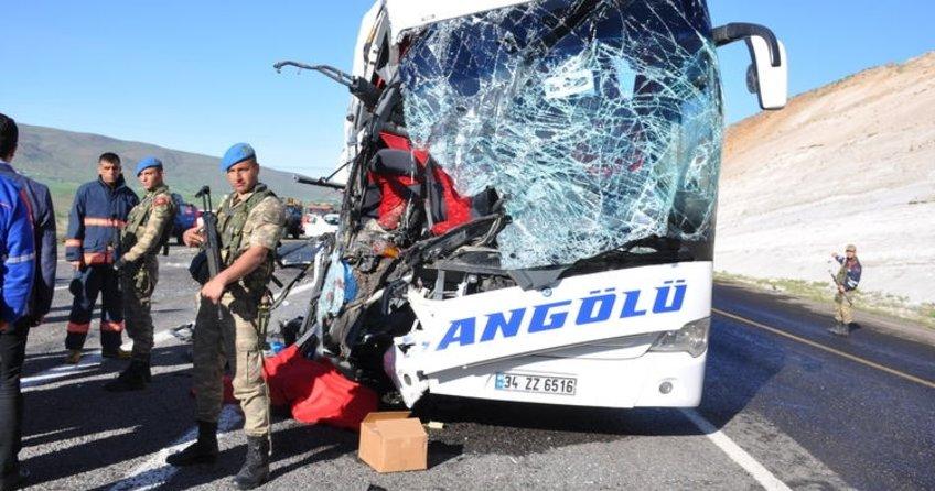Elazığ'ın Karakoçan ilçesinde yolcu otobüsüyle TIR çarpıştı