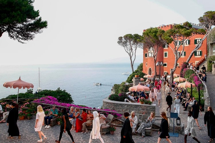 Max Mara Resort 2022 Koleksiyonu Ischia Adası'nda Sahnelendi