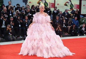 Lady Gaga, Valentino Beautynin yeni yüzü oldu