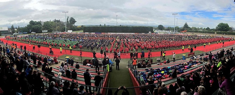 Students perform a mass haka in an attempt to break the Guinness World Record for the largest haka at Memorial Park in Masterton on November 2, 2016 (AFP Photo)