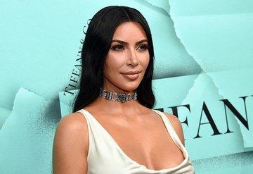 Kim Kardashiandan kafa karıştıran imza ayrıntısı