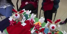 Syrian refugees knit toys in Istanbul