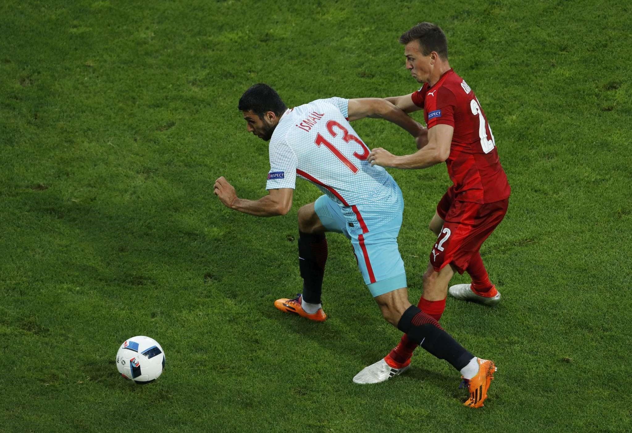 Czech Republic's Vladimir Darida and Turkey's Ismail Ku00f6ybau015fu0131 in action (Reuters Photo)
