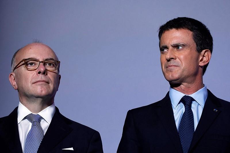 Former French PM Manuel Valls (R) and former Interior Minister Bernard Cazeneuve (L) at the Alfortville city hall, 21 November 2016. (AFP Photo)