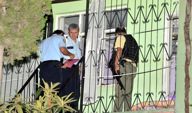 Police raiding houses of suspected Daesh terrorists in southern Adana province, August 7, 2016 (DHA Photo)