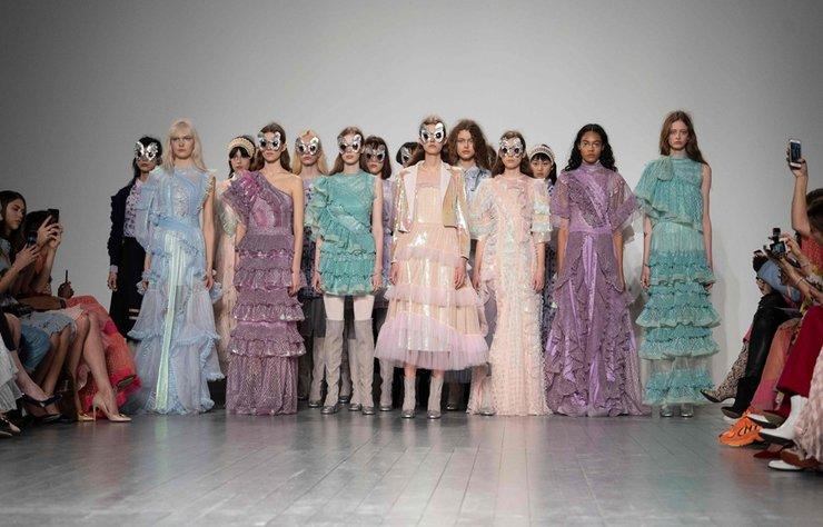 Bora Aksu Sonbahar/Kış 2019 koleksiyonu Londra Moda Haftası'nda görücüye çıktı.