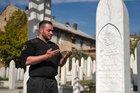 Çocukluk kahramanı Aliya'nın mezarında yıllardır nöbet tutuyor