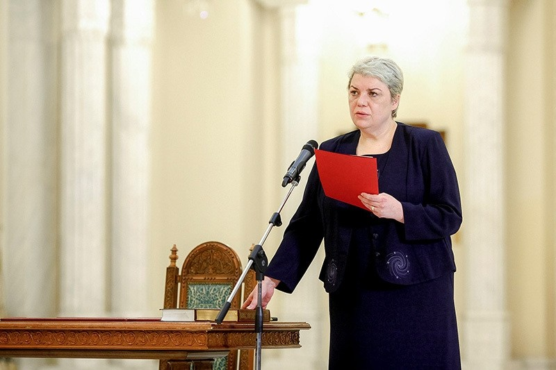 Sevil Shhaideh is sworn in for the position of minister for regional administration and public administration, in Bucharest, Romania, May 20, 2015 (Reuters Photo)