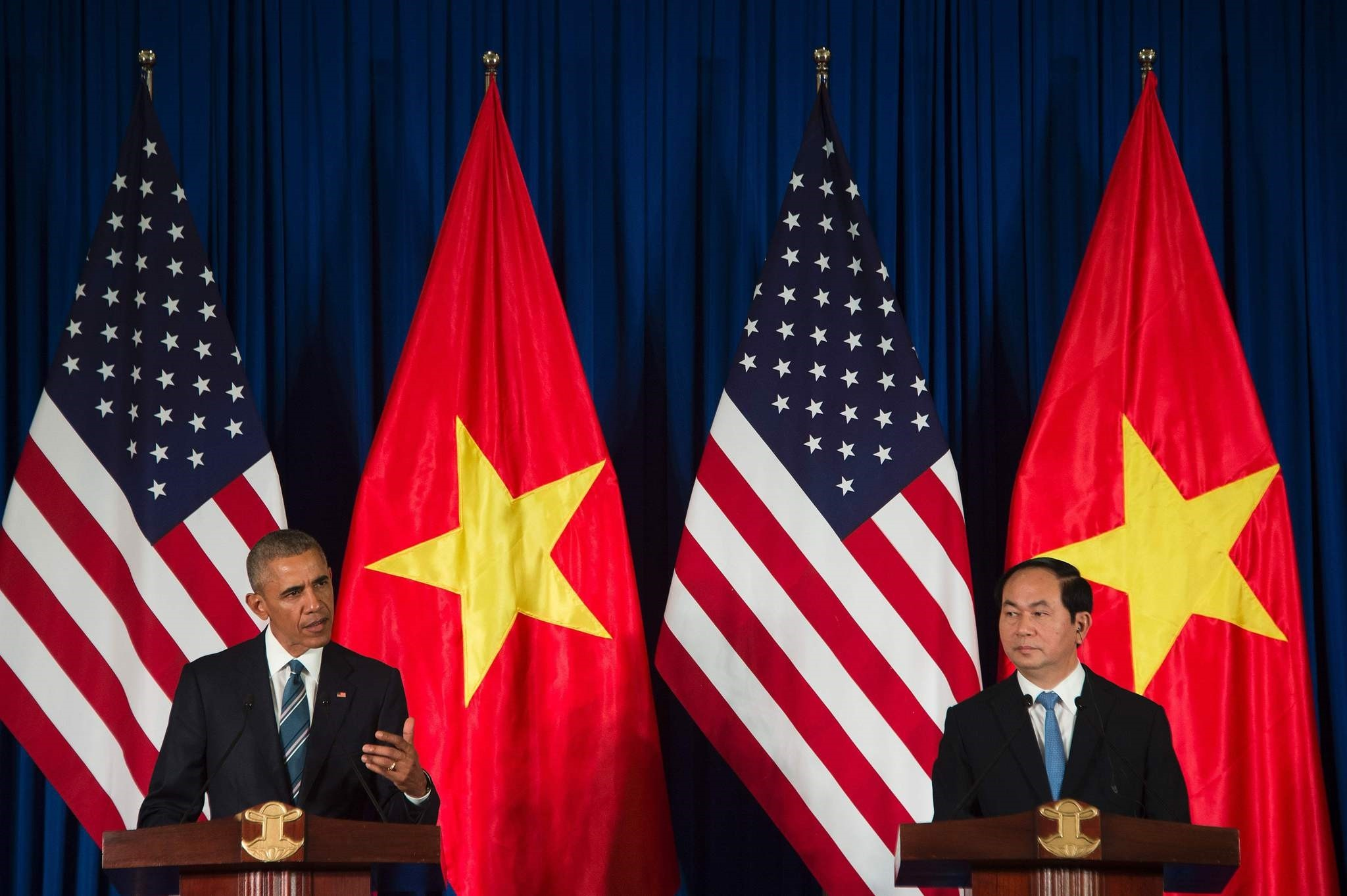 US President Barack Obama and Vietnamese President Tran Dai Quang speak during a joint press conference in Hanoi on May 23, 2016. (AFP Photo)