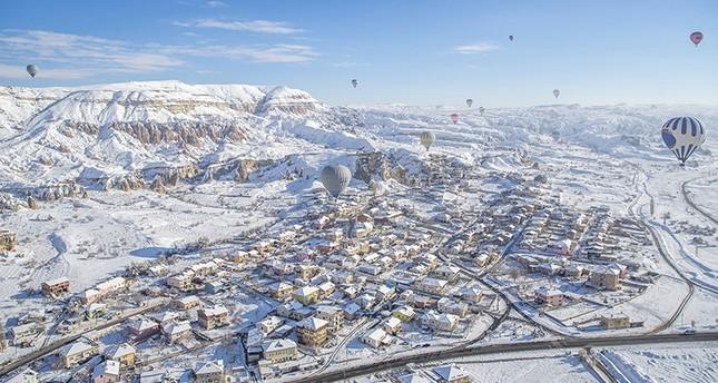 هل جربت التحليق وسط الثلوج في سماء كابادوكيا التركية؟