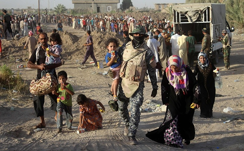 A displaced Iraqi family arrives at a safe zone on June 17, 2016 in Amiriyiah al-Fallujah, after Iraqi government forces evacuated civilians from the city of Fallujah (AFP Photo)