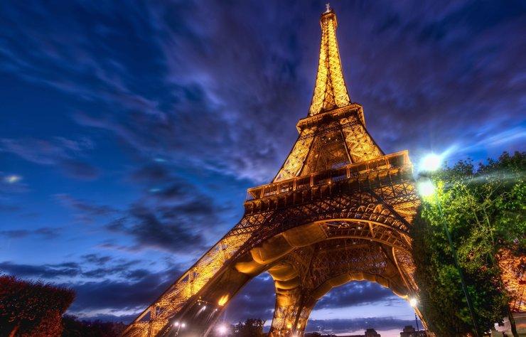 Eyfel Kulesi veya Fransızların dediği gibi La Tour Eiffel, dünyanın en tanınmış yerlerinden biri. Kule, Paris'teki 1889 Dünya Fuarı'nın en önemli parçası olarak tasarlandı ve Fransız Devrimi'nin yüzüncü yılını anmak ve Fransa'nın modern mekanik hünerini bir dünya sahnesinde sergilemek için tasarlandı.