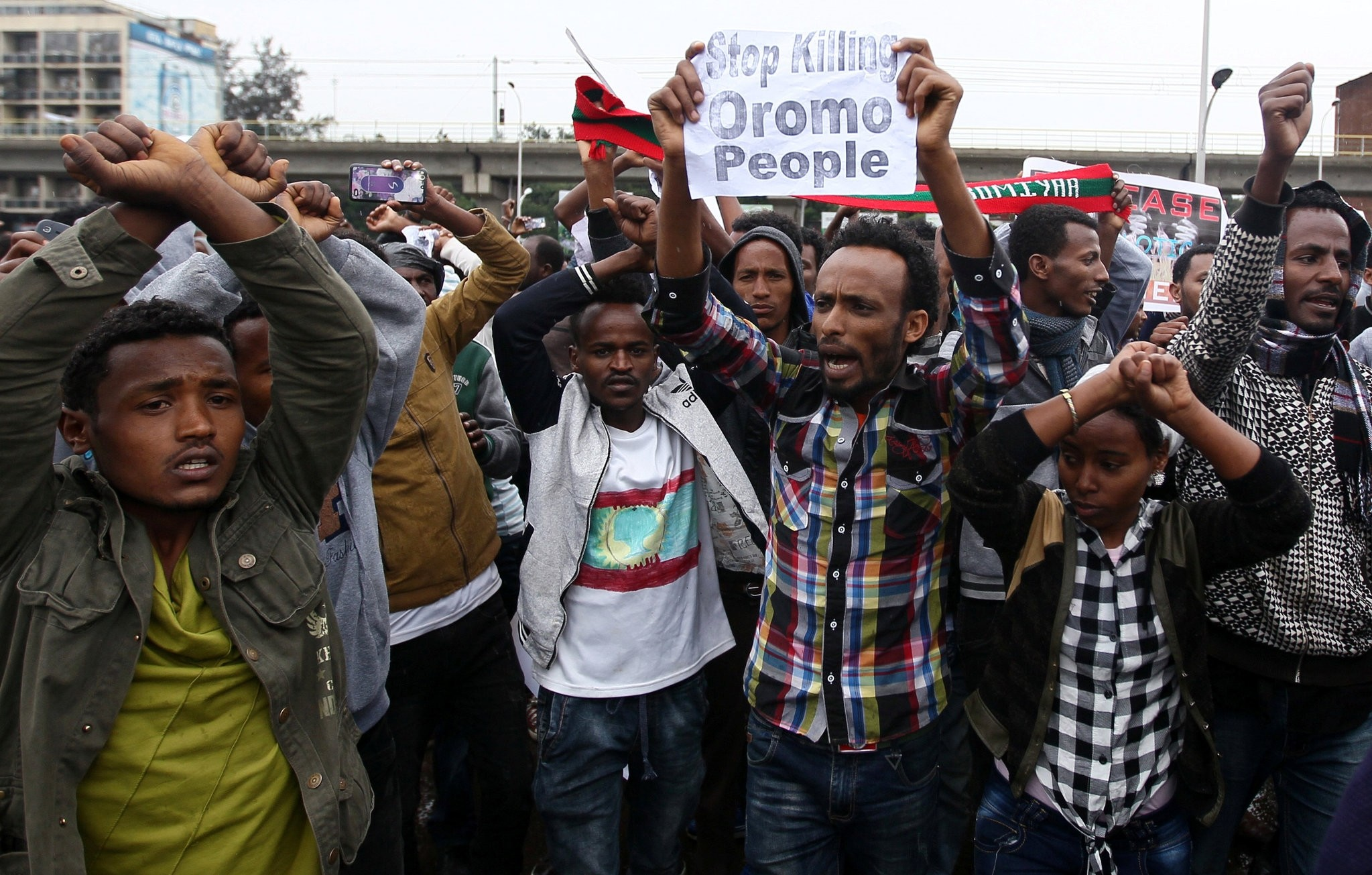 Protesters chant slogans during a demonstration over what they say is unfair distribution of wealth in the country at Meskel Square in Ethiopia's capital Addis Ababa, August 6, 2016. (REUTERS Photo)