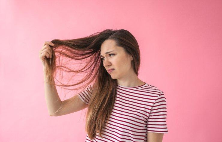 Kadınların en önemli aksesuarı saçlar olduğu için kırık saç uçları en büyük kabuslarıdır. Kırık saç uçları nedeniyle saçların kestirilmesi gerekir, bu durum da saçlarını uzatmak isteyenlerin amacına gölge düşürür. Peki kırık saç uçları için nasıl bakımlar yapılabilir?