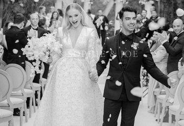 Sophie Turnerın Louis Vuitton gelinliği