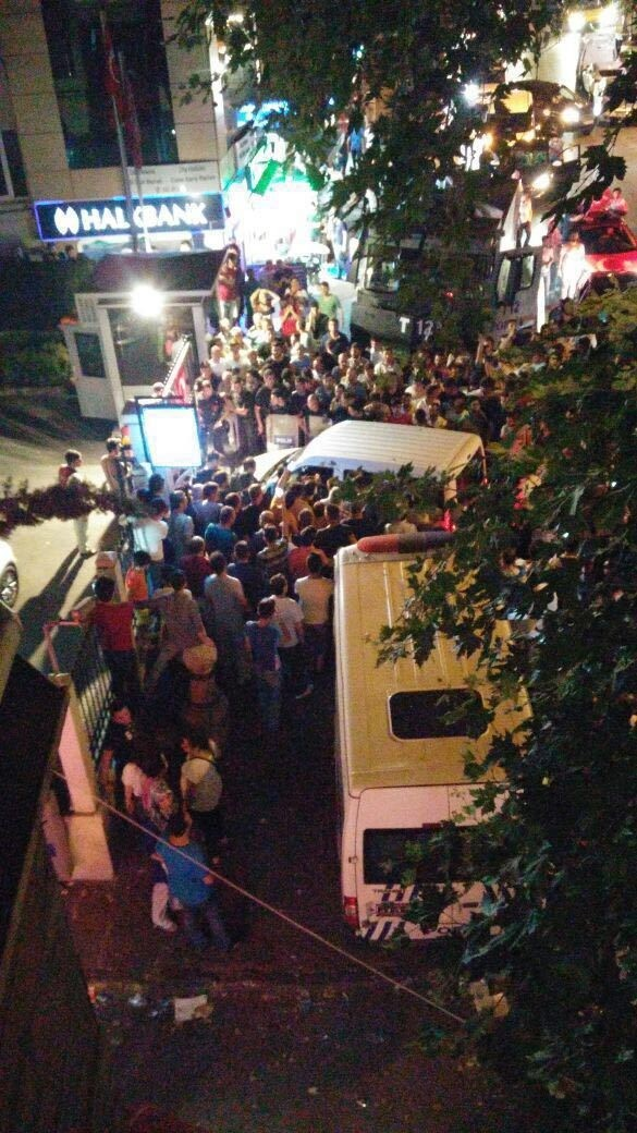 People in Istanbul's Çengelköy resist coup attempt, make history