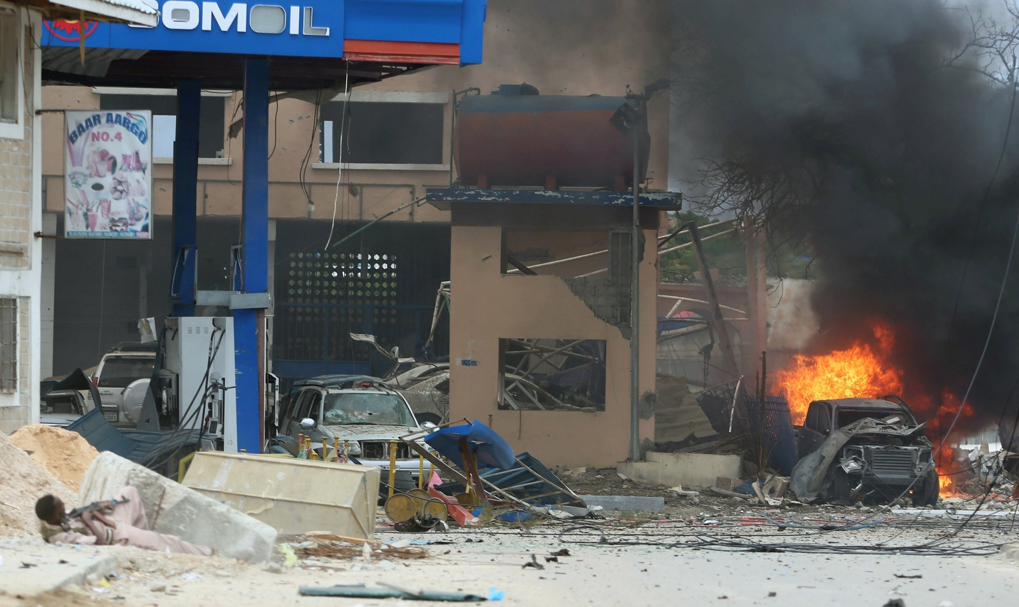 Somali government soldier holds his position during gunfire after a suicide bomb attack outside Nasahablood hotel in Somalia's capital Mogadishu, June 25, 2016. (REUTERS Photo)