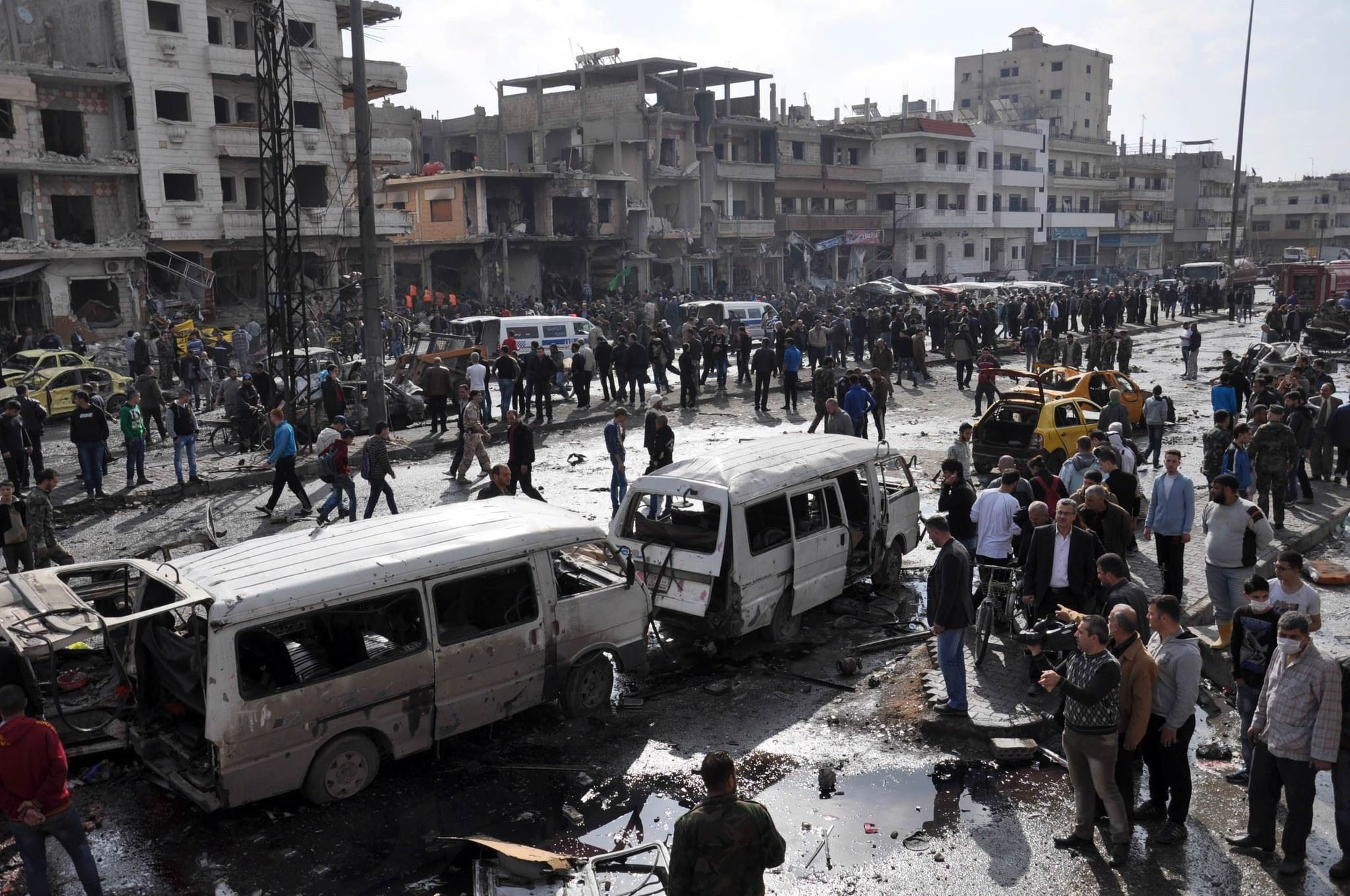 yrians gather at the site of a double car bomb attack in the Al-Zahraa neighbourhood of the central Syrian city of Homs on February 21, 2016. (AFP Photo)