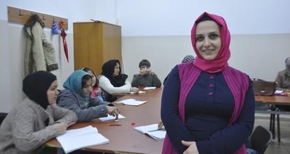 لم تتوقع مجموعة من السيدات التركيات أن تطوعهن في دعم ومساعدة السوريين الذين لجؤوا إلى تركيا، سوف يتحول إلى حركة خيرية كبيرة لاحقا، لدرجة أن أبحاثا اجتماعيا تناولت مسيرة الحركة.  أكثر من 100 امرأة...
