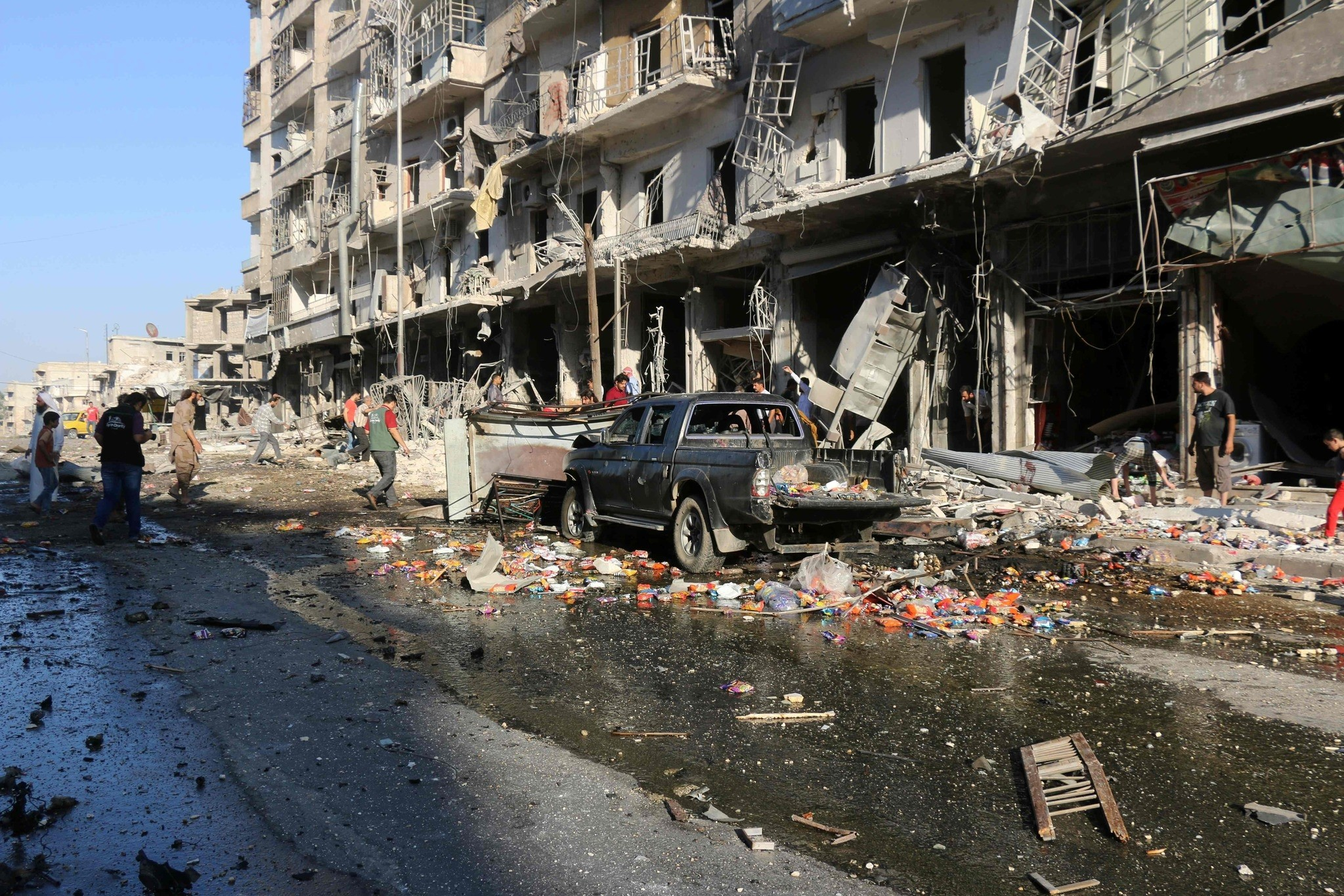 Syrians inspect the damage on a street following a reported airstrike at a market in the rebel-held district of Tariq al-Bab, in the northern city of Aleppo on July 1, 2016. (AFP Photo)