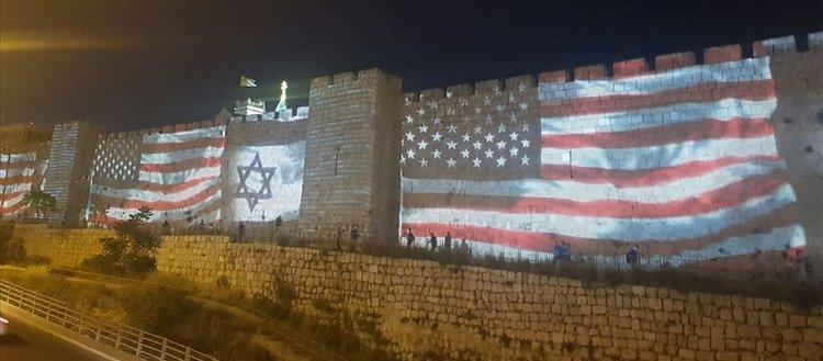 Kudüs'ün surlarına ABD ve İsrail bayrakları yansıtıldı