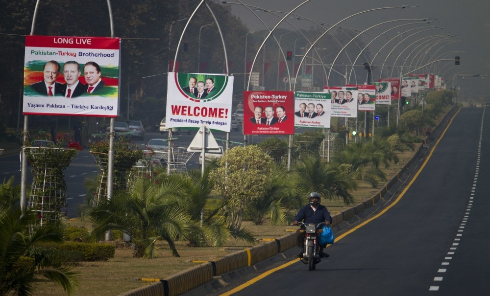 The photograph above shows billboards with portraits of President Recep Tayyip Erdou011fan (C), Pakistani President Mamnoon Hussain (L) and Prime Minister Nawaz Sharif (R), welcoming Erdou011fan to Islamabad, Pakistan.
