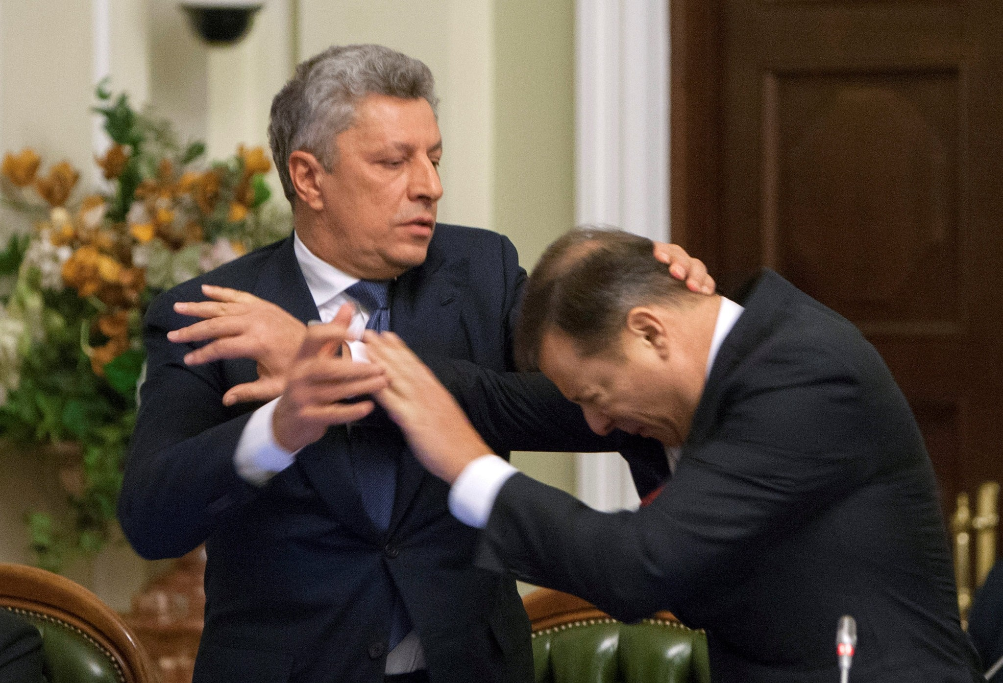Opposition Party leader Yuriy Boyko (L) and leader of Radical Party Oleh Lyashko scuffle during a meeting of parliament faction leaders in Kiev, Ukraine, November 14, 2016. (REUTERS Photo)