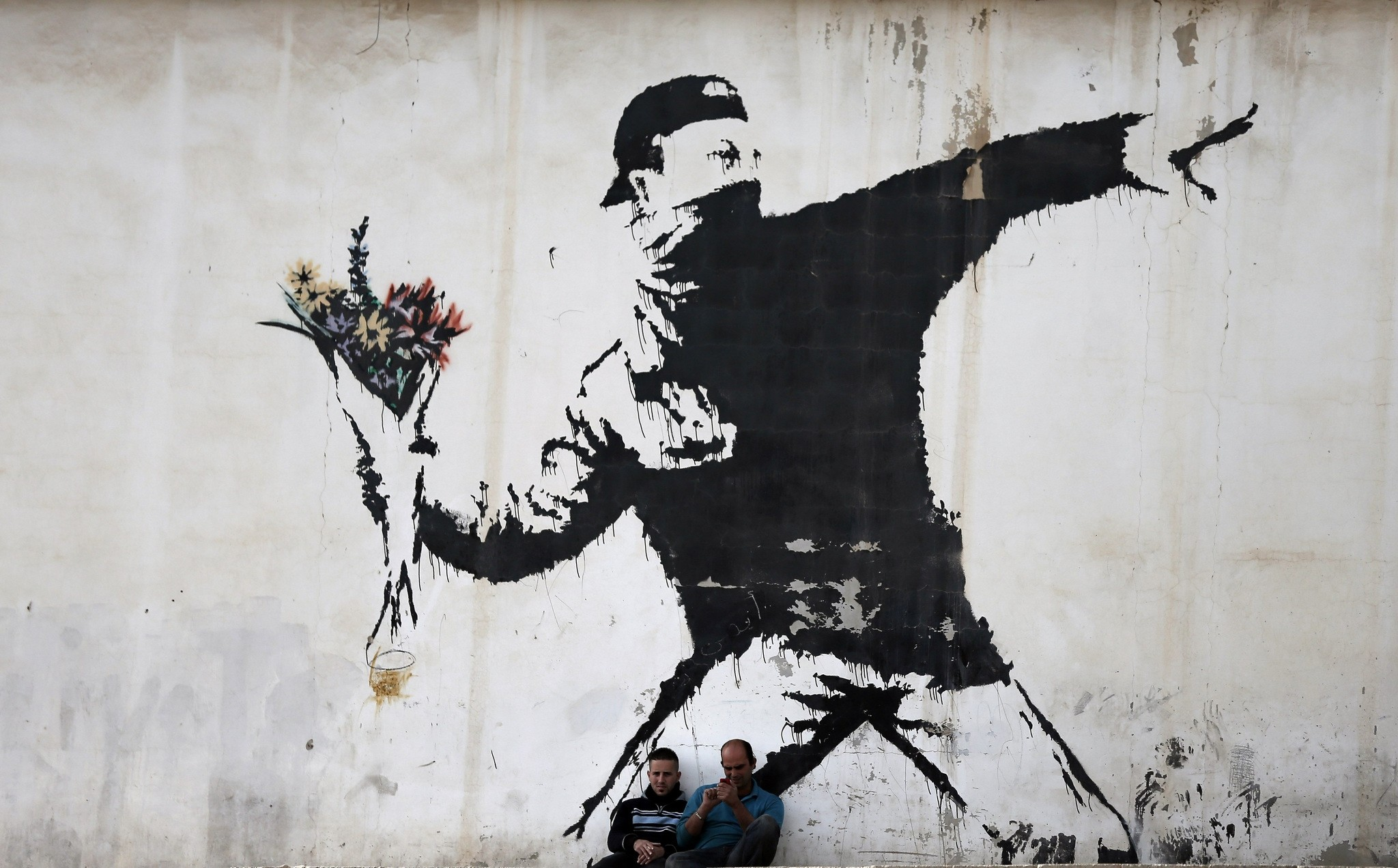 The secrecy around the British artist Banksy has spawned numerous theories about who he really is, with the latest positing that he was a member of the trip hop group Massive Attack, which, like him, emerged from the English city of Bristol.