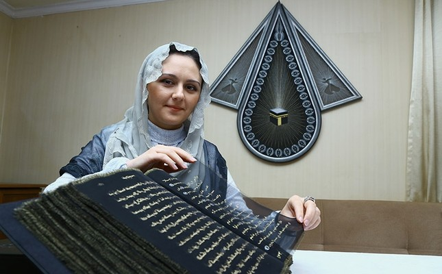 Painter and decorative artist Tünzale Memmedzade wrote Quranic verses on silk. Nov. 2016. (AA Photo)