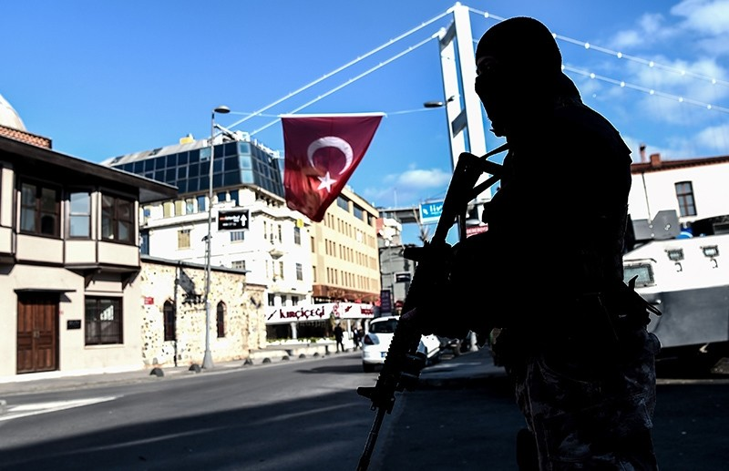 A Turkish special force police officer stands guard at Ortaku00f6y district near the Reina night club, on January 2, 2017 in Istanbul (AFP Photo)
