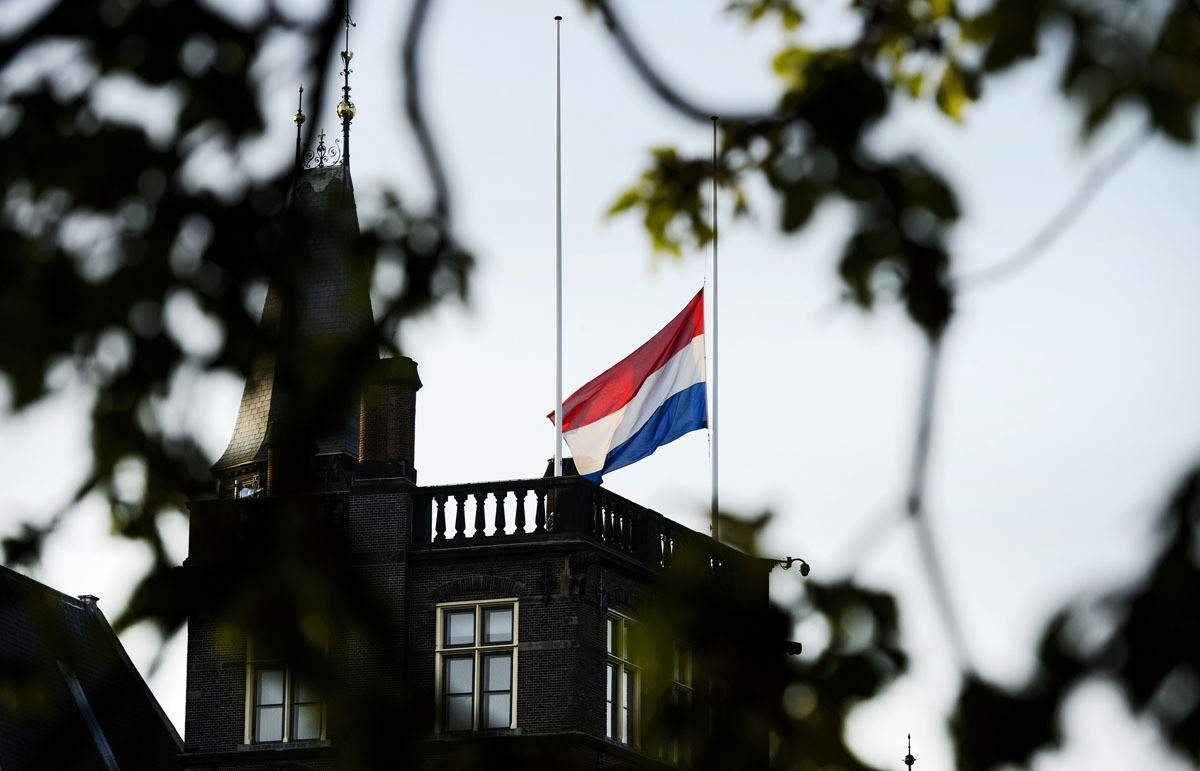 The Dutch flag flies at half mast above the first chamber in The Hague, on July 17, 2015. (AFP Photo)