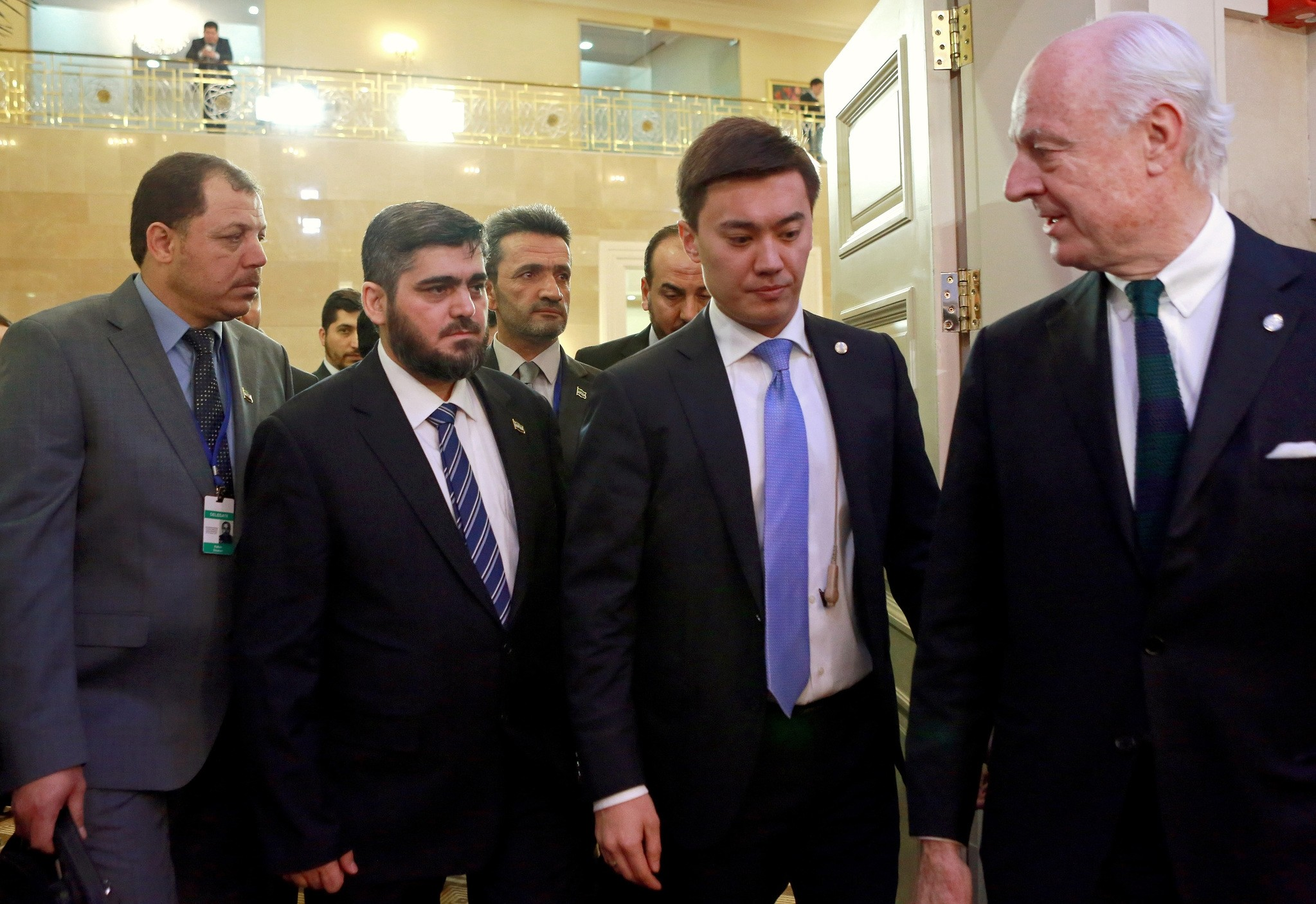 UN Special Envoy Staffan de Mistura (R) and Mohammed Alloush, the Syrian leader of the opposition delegation (L-2) arrive for talks on the Syrian conflict, Astana, Kazakhstan, 23 January 2017. (EPA Photo)