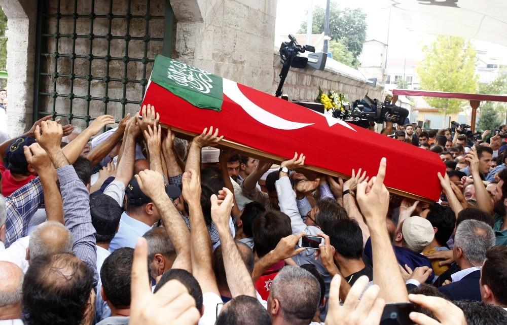 A crowd carrying flag-draped coffin of Ramazan Saru0131kaya.